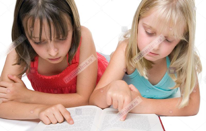 школьницы учат английский